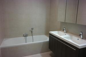 Een badkamer bij Royal Gardens