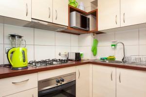 Una cocina o zona de cocina en Santiago Downtown Cozy Apartments 3
