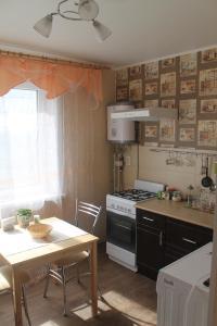 Кухня или мини-кухня в Apartment on Bratyev Zakharovykh