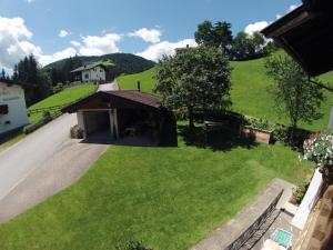 Ein Blick auf den Pool von der Unterkunft Haus Sonnenrose oder aus der Nähe