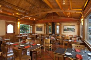 A restaurant or other place to eat at Del Bosque Apart Hotel
