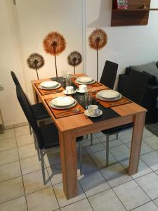Ein Restaurant oder anderes Speiselokal in der Unterkunft Ferienwohnung Aretsried