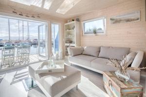 Ein Sitzbereich in der Unterkunft Ferienhaus auf dem Wasser - Hausboot Antje Frieda