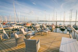 Ein Restaurant oder anderes Speiselokal in der Unterkunft Ferienhaus auf dem Wasser - Hausboot Antje Frieda