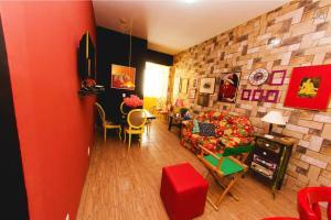 Um restaurante ou outro lugar para comer em Eco & Eccentric Apartment