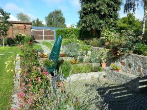 Ein Garten an der Unterkunft Rosenparadies