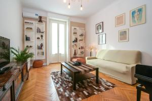A seating area at Charming Apartment Milan