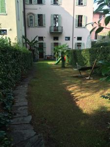 Ein Garten an der Unterkunft Apartament Villa Conti Reina Como Lake