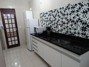 A kitchen or kitchenette at Ondina Praia Apartamento