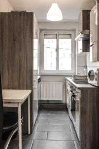 A kitchen or kitchenette at Apartment Ludwig-Feuerbach-Strasse