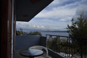 Ein Balkon oder eine Terrasse in der Unterkunft Hotel Limni