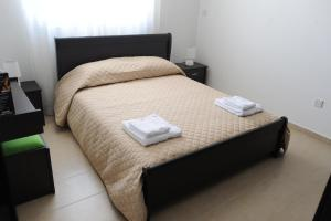 A bed or beds in a room at Kiti Deluxe Apartments