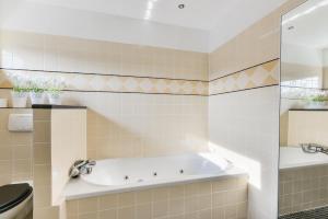 Een badkamer bij Casa Aldegonde Family Free Parking
