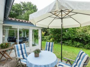 Een patio of ander buitengedeelte van Boutique Holiday Home in Renesse with Garden