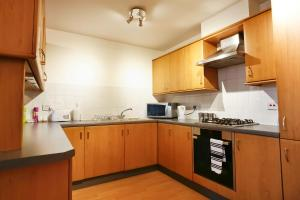 A kitchen or kitchenette at UrSpaceToo City Harbour