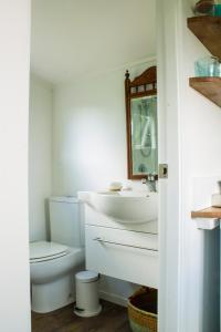 A bathroom at Haumoana Herb Cottage
