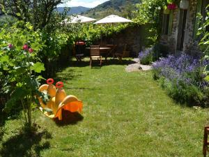 A garden outside Cozy Holiday Home in Villeneuve-d'Allier amidst Forest