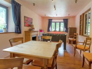 Een restaurant of ander eetgelegenheid bij Modern Holiday Home in Hellenthal with Campfire Area