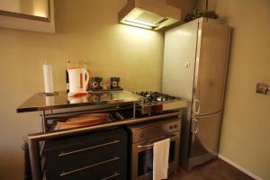 A cozinha ou cozinha compacta de Trevi Fountain 2BR Apartment