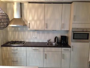 A kitchen or kitchenette at Vakantiehuis in het centrum van Domburg