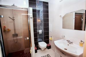 A bathroom at Modern apartment in the city center