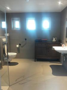 A bathroom at Achterhuis Hamingen
