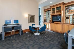 Global Luxury Suites Downtown San Joseにあるテレビまたはエンターテインメントセンター
