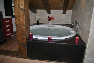 A bathroom at Apartamentos Spa Casco Historico de Isla