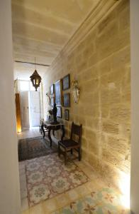 A seating area at Paulos Valletta