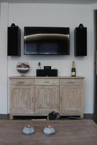 Een TV en/of entertainmentcenter bij La Crème
