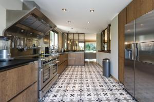 A kitchen or kitchenette at Villa Super Cannes with Heated Pool