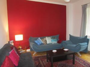 A seating area at Judy and Sandor Apartmen