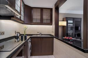 Кухня или кухненски бокс в Al Maha Arjaan by Rotana
