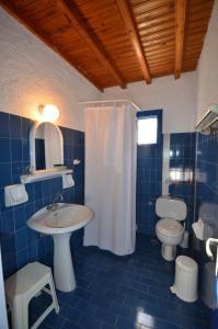A bathroom at Villas Kalafatis Apartments