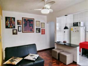 A seating area at Lindo Apartamento
