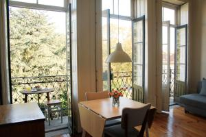 A restaurant or other place to eat at City Center Garden Apartment - Duplex