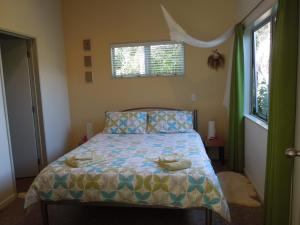A bed or beds in a room at Island Breeze