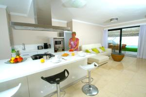 A kitchen or kitchenette at Villa Amadores n4