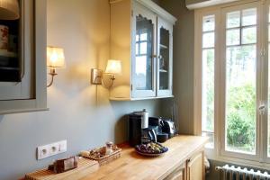 A kitchen or kitchenette at La Maison rose