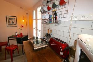 A kitchen or kitchenette at Le rouge et le noir à Opera