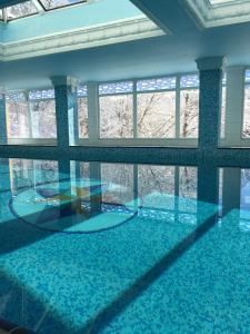 Бассейн в Апарт-отель «Горный Хрусталь» или поблизости