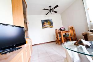 A television and/or entertainment center at Bahia Planet Costa Dorada