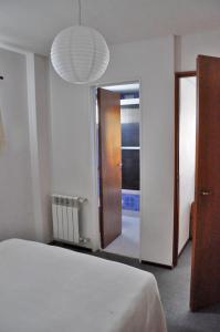Una cama o camas en una habitación de Calido departamento en el centro