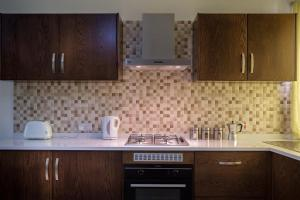 A kitchen or kitchenette at North Side Apartment 1