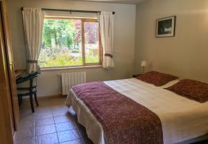 Una cama o camas en una habitación de Departamento centrico a 100mts del lago