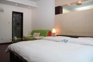 سرير أو أسرّة في غرفة في World Union Service Apartment - Cosmo