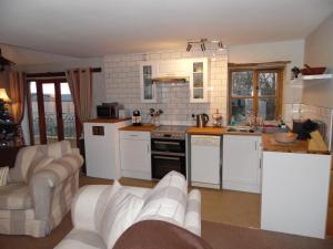 A kitchen or kitchenette at Primrose Cottage