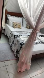 A bed or beds in a room at Casa da Cosmira