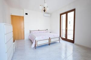 A bed or beds in a room at Giosa Apartment