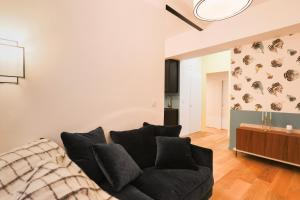 A seating area at Private Apartment 2 -Old Town